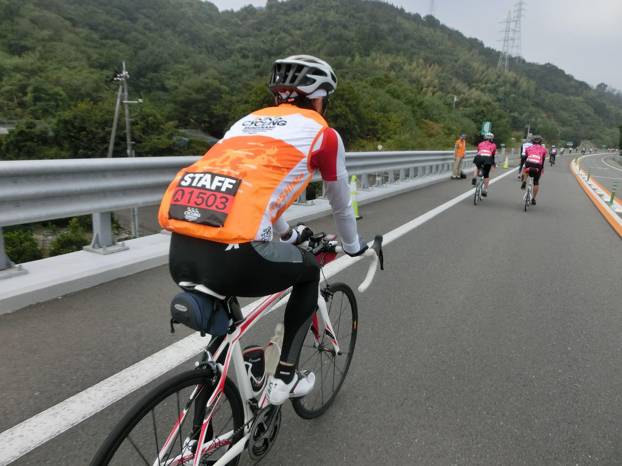 活動可見穿著橘色背心的工作人員,有些是一起騎車,有些會站立路旁,除了導引之外也可提供協助。