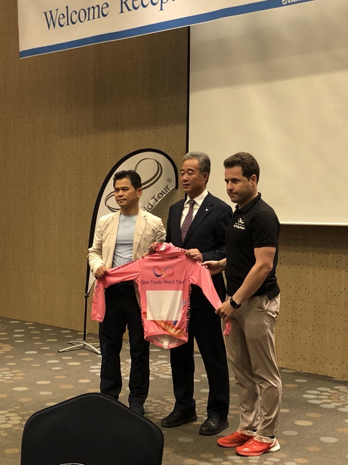 由左至右:活動創辦人Uhm Kiseok、地方官員 與 GFWT代表Dani Buyo
