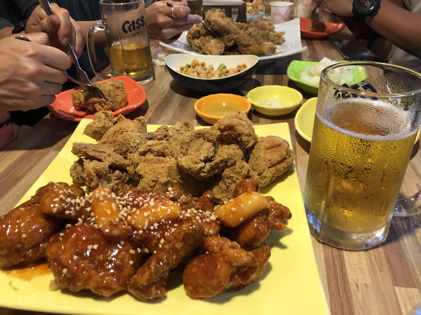 韓國炸雞原以為台灣鹹酥雞、甕窯雞、手扒雞花樣已經很多了,沒想到韓國光是炸雞就可以搞出這麼多名堂~