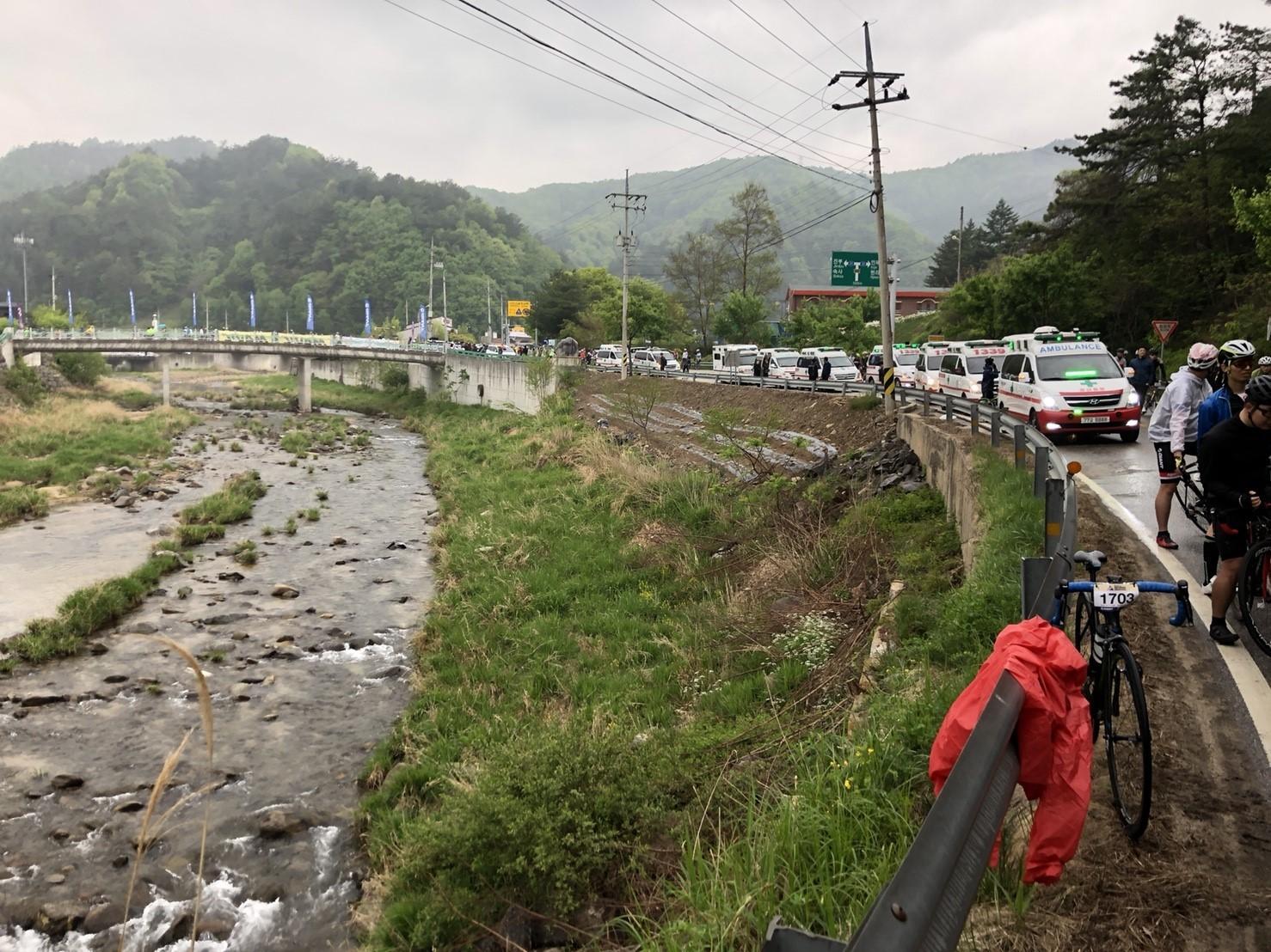 會場待命區有大量救護車與警車待命,雖沒有封路,但騎起來跟封路幾乎也沒兩樣了。
