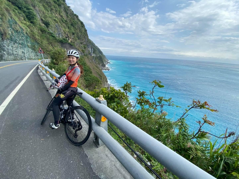 夏美攝於蘇花公路,右邊就是海天一色的太平洋。