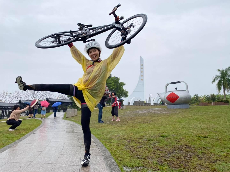 雖然遭遇環島唯一的雨天,夏美還是開心地在北回歸線前舉車~