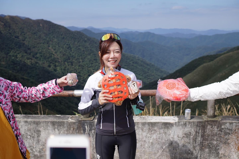 抹茶山上,夏美接受好友們的慶生祝福:兩隻紅龜粿!! 不管是買的人還是背上來的人都太有心太天才啦~~