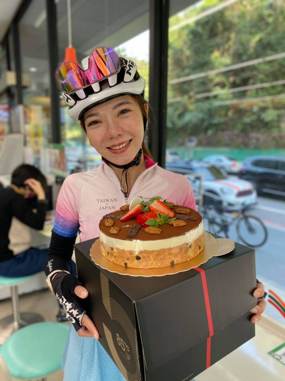 感謝丁哥跟小華特別途中攔截夏美,到家之前先吃了一顆蛋糕實在太開心了!!