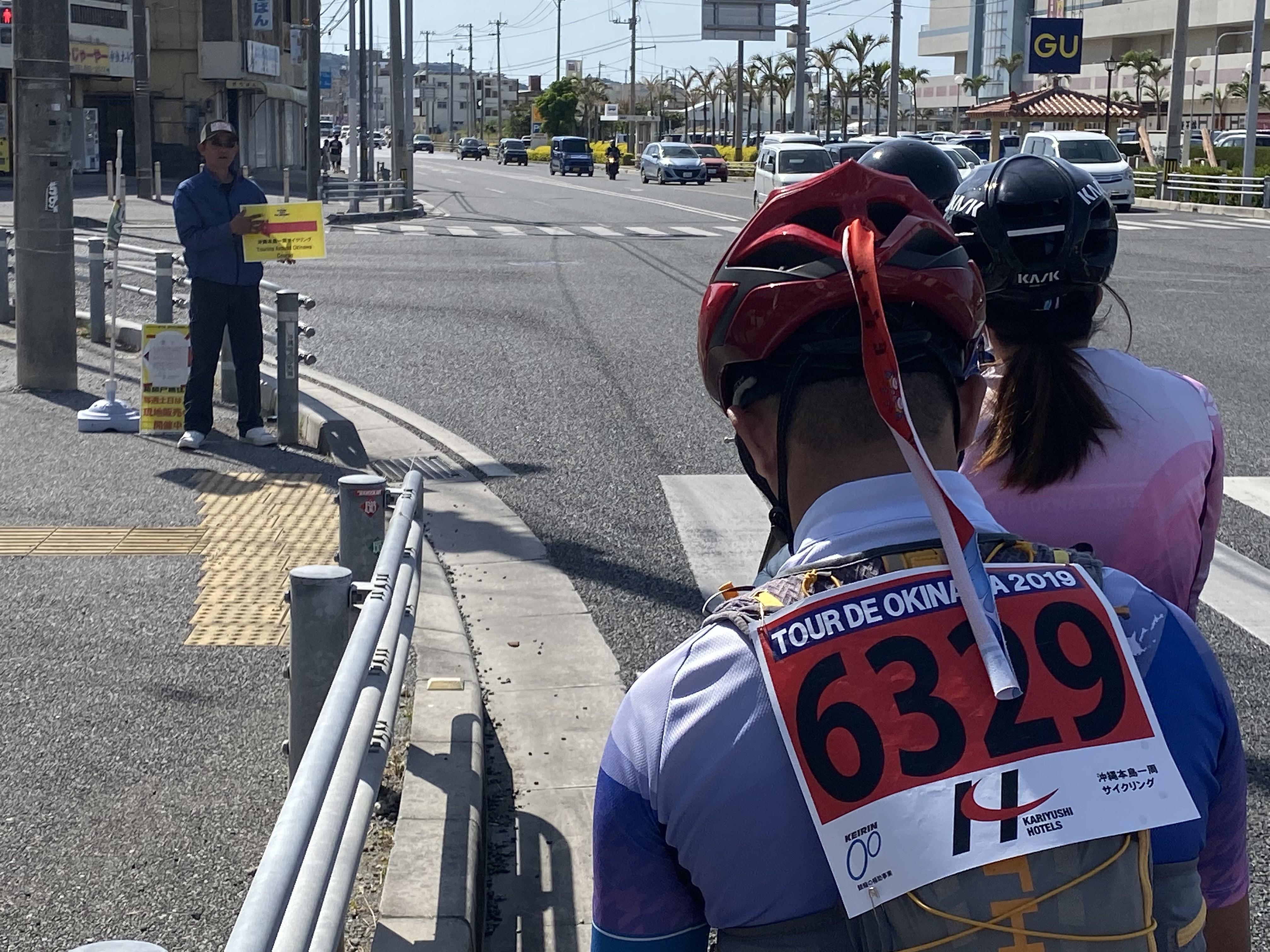 重要路口除了路標之外,也安排了工作人員協助導引。